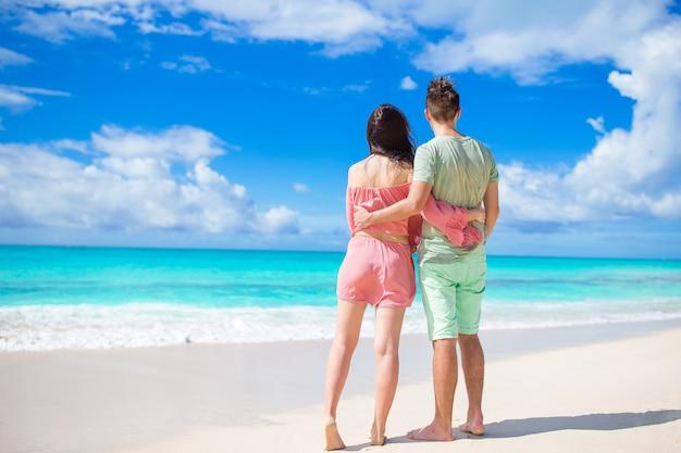 Famiglia di due persone sulla spiaggia