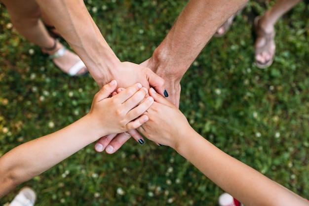 Unità familiare. spirito di squadra. mani insieme
