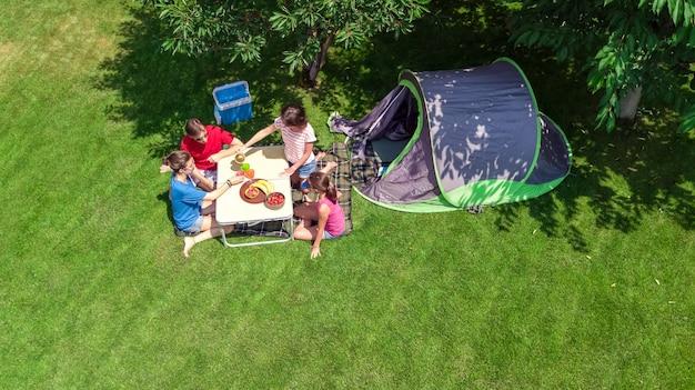 Vacanza in famiglia in vista dall'alto aerea del campeggio