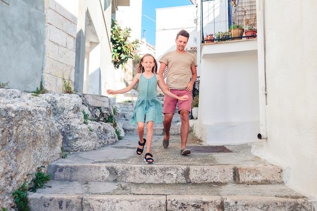 La famiglia in vacanza in europa si diverte