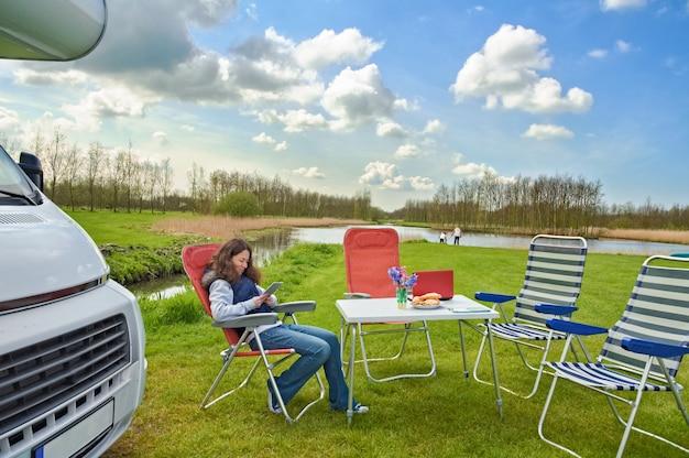 Vacanza in famiglia viaggio in camper con bambini madre felice con bambini divertirsi in viaggio in camper