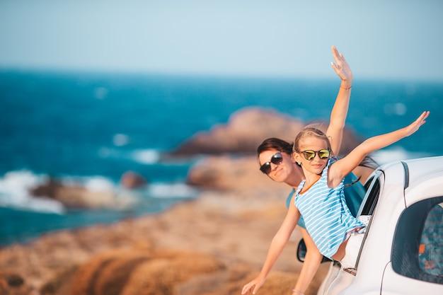La famiglia in vacanza viaggia in auto. vacanze estive e concetto di viaggio in auto