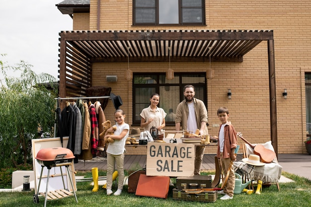 Famiglia che ti aspetta alla vendita di garage