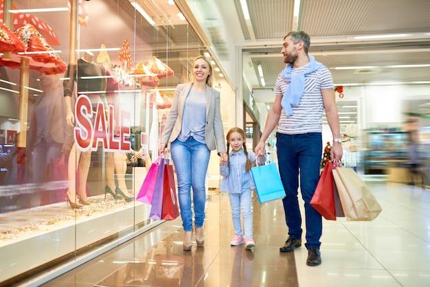 Famiglia che cammina dal negozio di vendita