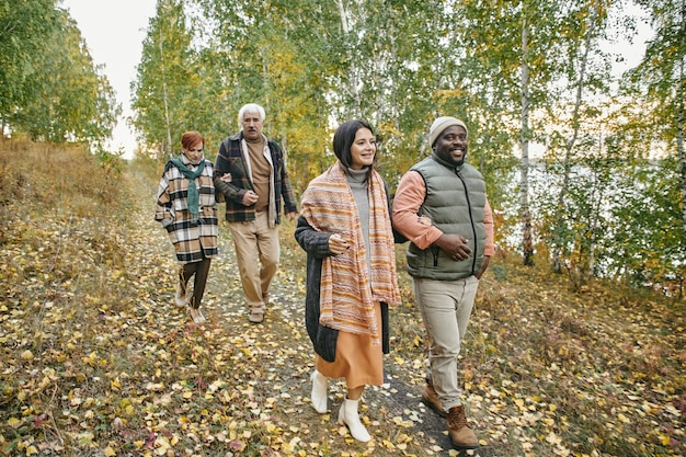 Famiglia che cammina nella foresta