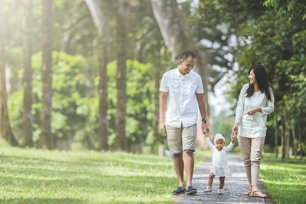 Famiglia che cammina insieme nel parco