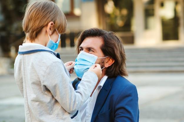 Famiglia che indossa maschere di sicurezza per la protezione durante la quarantena.