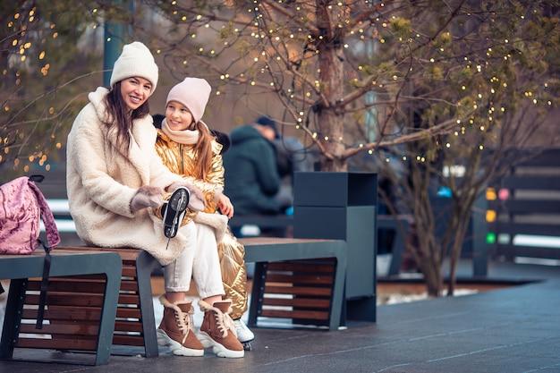 Sport invernali per famiglie. madre e figlia in giornata invernale