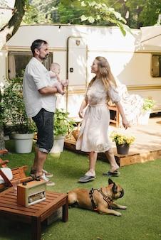 Famiglia con bambino e cane vicino al camper