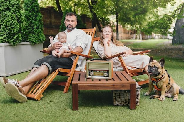 Famiglia con bambino e cane in terrazza
