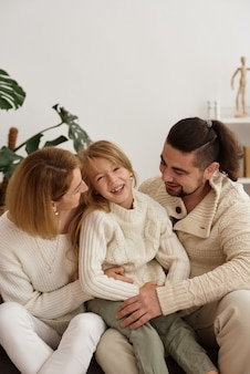 Famiglia con un bambino presso uno psicoterapeuta alla reception