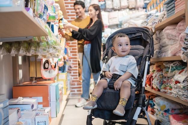 Famiglia con bambino che acquista un prodotto nel negozio per bambini