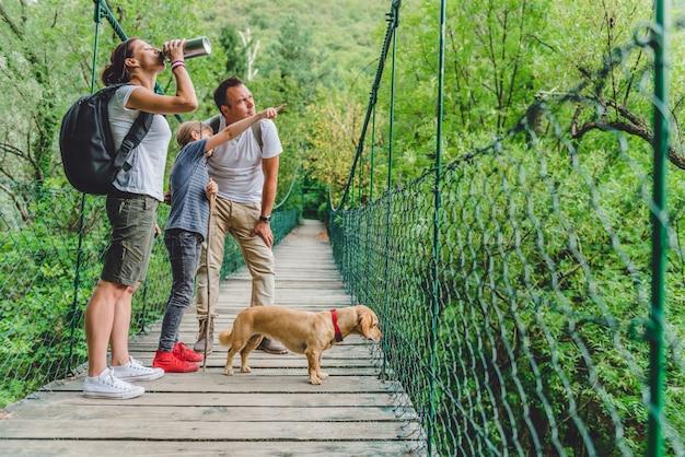 Famiglia con cane, escursioni nella foresta