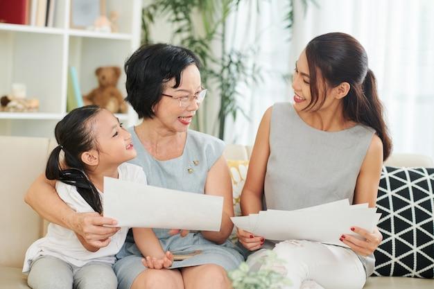 Famiglia con lettere a casa