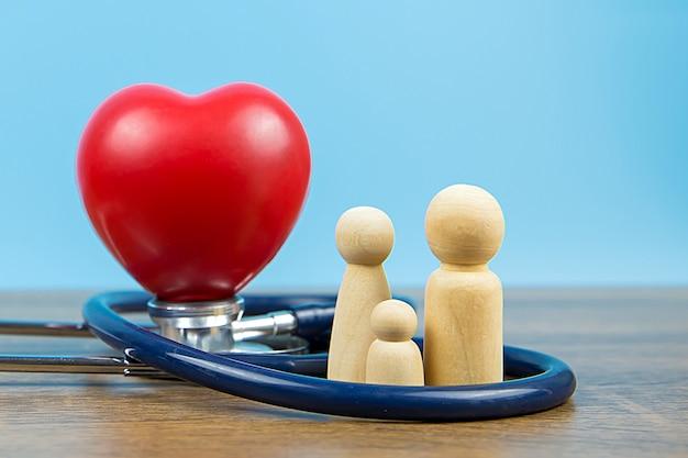 Famiglia con stetoscopio e un cuore rosso