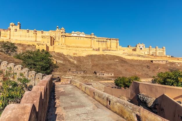 Famoso forte amber in india, jaipur, vista dal muro di amer.