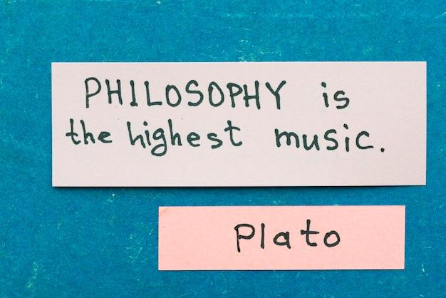 Il famoso filosofo greco antico platone cita l'interpretazione con note adesive su cartone vintage sulla filosofia