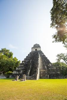 Famosi antichi templi maya nel parco nazionale di tikal, guatemala, america centrale
