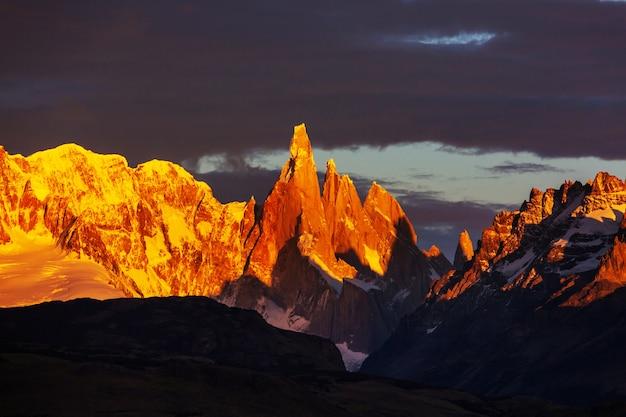 Famoso bellissimo picco cerro torre nelle montagne della patagonia, argentina. bellissimi paesaggi di montagne in sud america.