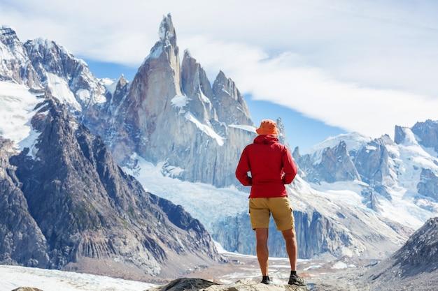 Famoso bel picco cerro torre nelle montagne della patagonia, argentina. bellissimi paesaggi di montagna in sud america.