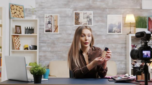 Famoso vlogger di bellezza che registra un video sui prodotti per la cura della pelle. artista di trucco che filma un tutorial.