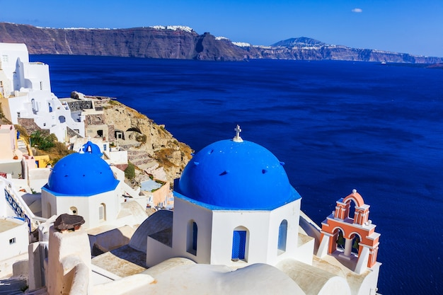 Famose cupole blu dell'incredibile isola di santorini. grecia