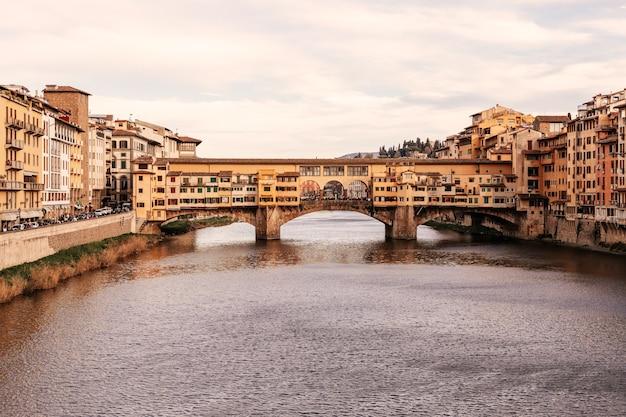 Famoso ponte ponte vecchio sul fiume arno a firenze, italia (effetto foto d'epoca)