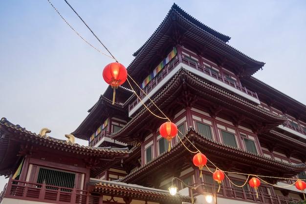 Famoso tempio della reliquia del dente di buddha a singapore al crepuscolo