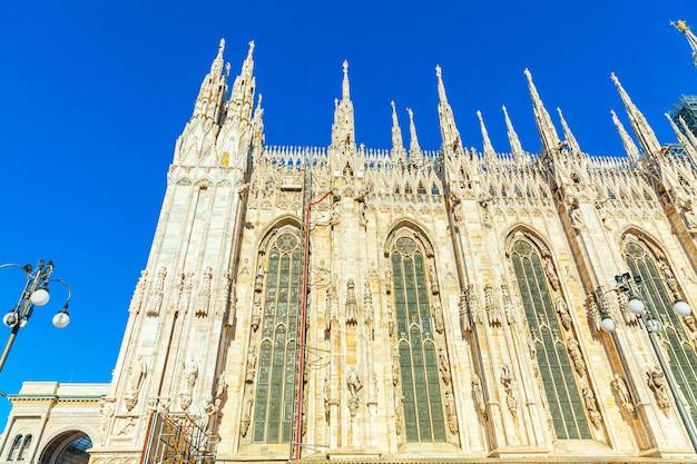 Famosa chiesa duomo di milano duomo di milano con guglie gotiche e statue in marmo bianco.