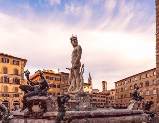 Famosa fontana del nettuno contro il cielo mattutino. firenze, italia