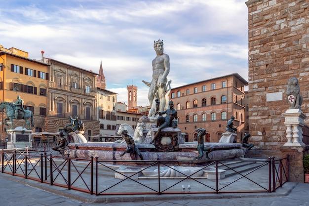 Famosa fontana del nettuno al mattino sulla piazza vuota, firenze, italia