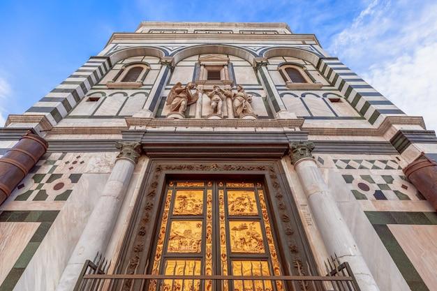 La famosa porta del paradiso di lorenzo ghiberti nel battistero di firenze. italia