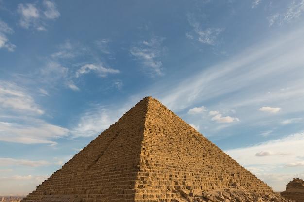 Famose grandi piramidi di giza nel deserto di sabbia al cairo.
