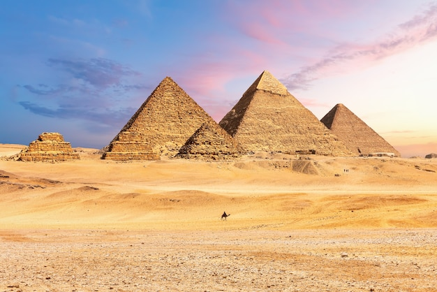 Famose grandi piramidi d'egitto, giza, distretto del cairo