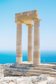 Famoso pilastro del tempio greco contro il cielo azzurro e il mare in acropoli di lindos rodi tempio di atena, grecia