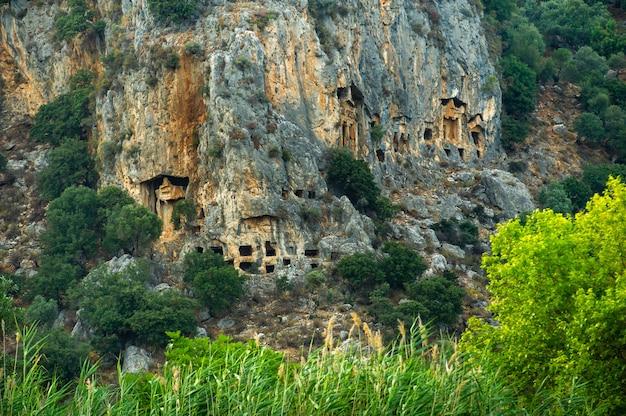 Famose tombe licie dell'antica città di caunos, dalyan, turchia