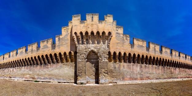 Famose mura medievali di avignone, provenza, francia meridionale