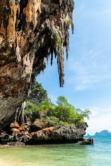Famosa grotta di phranang a raylay railay beach krabi thailandia