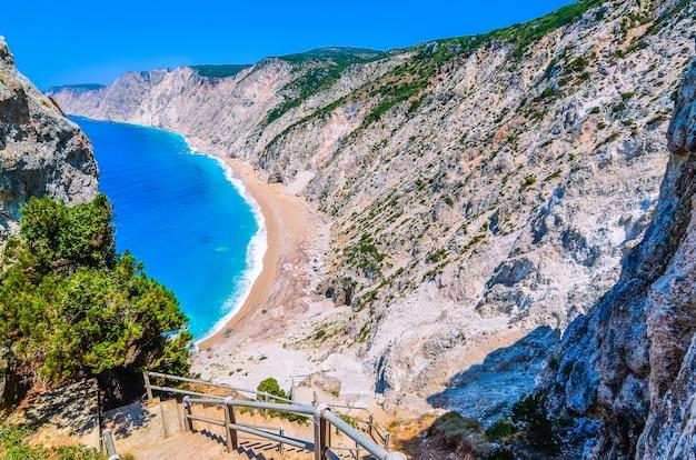 Famosa spiaggia di platia ammos nell'isola di cefalonia, grecia.