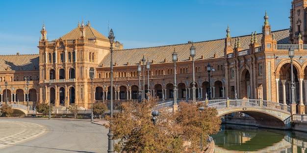 La famosa plaza de espana, piazza di spagna, a siviglia, in andalusia, spagna. si trova nel parque de maria luisa, panorama