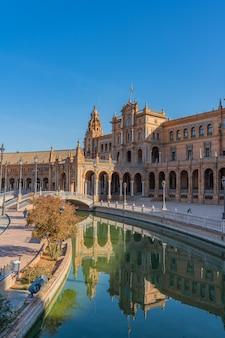 La famosa plaza de espana, piazza di spagna, a siviglia, in andalusia, spagna. si trova nel parque de maria luisa, in verticale