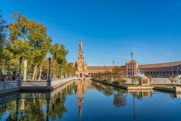 La famosa plaza de espana, piazza di spagna, a siviglia, in andalusia, spagna. si trova nel parque de maria luisa