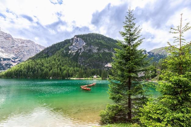 Famose imbarcazioni da diporto in legno sul lago di braies nelle alpi italiane