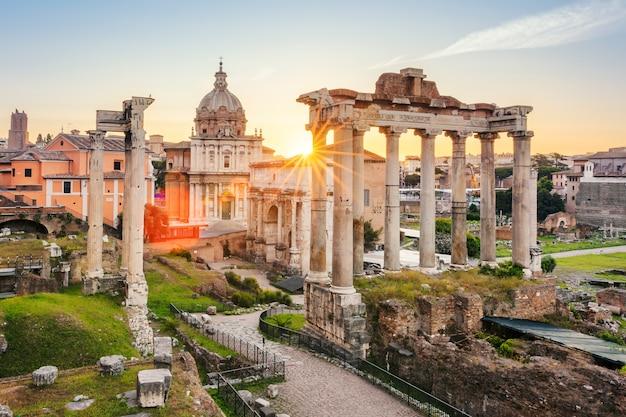Famoso foro romano a roma, italia durante l'alba.