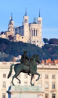 Famosa statua e basilica di fourviere a lione, francia