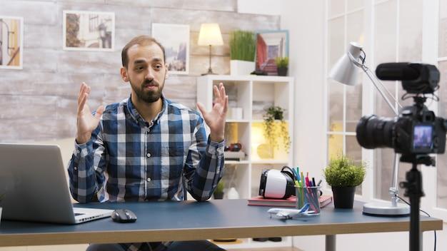 Famoso giovane vlogger che fa un regalo sul suo canale. vlogger che parla con i suoi follower.