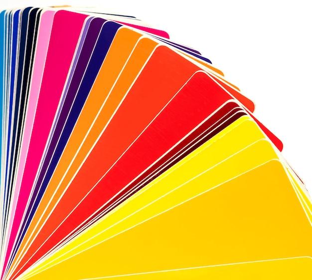 Fan di pellicole viniliche colorate per il design e l'incollaggio di auto. sfondo bianco