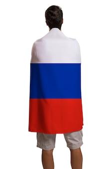 La ventola che tiene la bandiera della russia festeggia su uno spazio bianco.