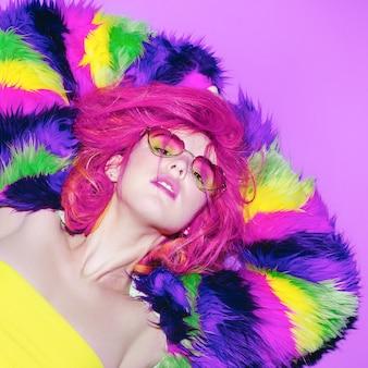 Fancy girl elegante capelli rosa, cappotto glamour, occhiali da sole cuori club style party