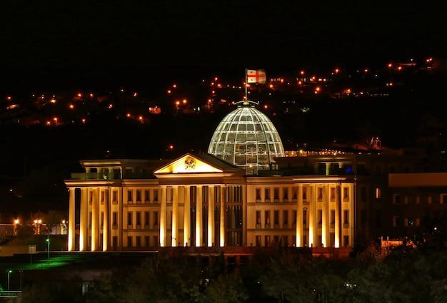 Fantastica vista aerea del palazzo cerimoniale della georgia di notte, tbilisi, georgia